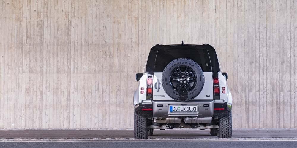 Land Rover Defender 90 D300 X-Dynamic S Heckansicht